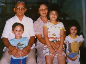 Papa dan Mama dengan ketiga cucunya